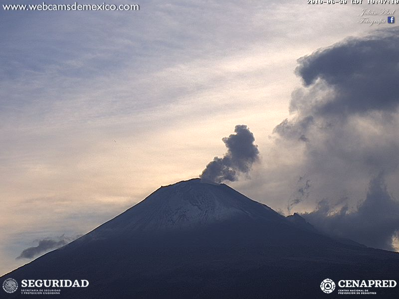 Gas and steam emission yeterday evening (image: Webcams de Mexico)