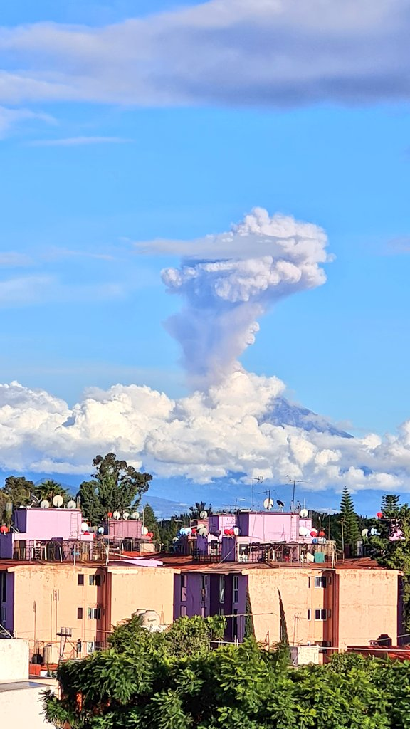 Ash column from Popocatépetl volcano today as seen from Iztapalapa town captured by the local observer (image: @NACKTOR123/twitter)