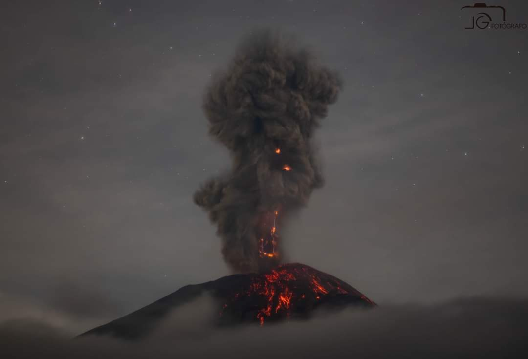 Vulcanian-type explosion at Popocatépetl volcano this morning (image: @LuisGfoto1/twitter)