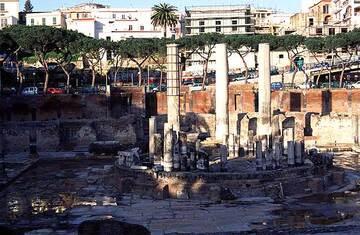 Le Macellum (temple de Sérapis) à Pozzuoli où l'on voit l'évidence du soulèvement du sol par les incrustations marines sur la base des colonnes.