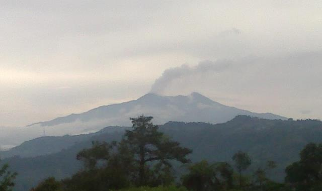 uitbarsting pluim van Reventador op 18 april (foto: L. Gomezjurado / IG)