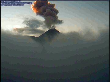 Una columna en erupción del volcán Reventador el 8 de agosto (Imagen: IGEPN)