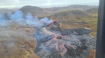 Vista de la erupción en curso esta mañana (imagen: Protección Civil y Gestión de Emergencias a través de IMO / twitter)