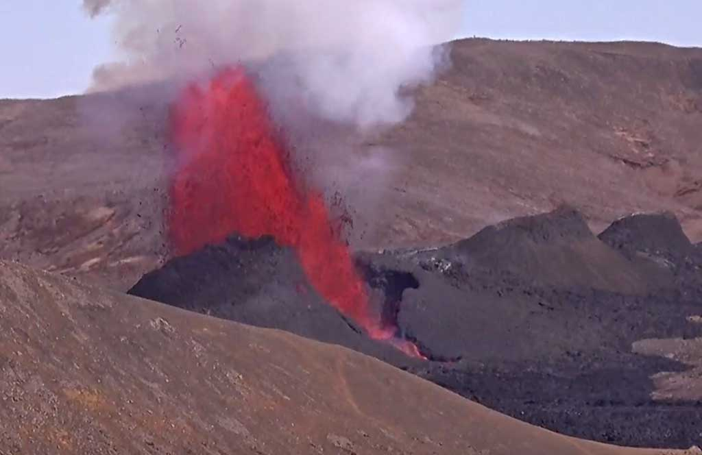 Lava fountain from the central vent of Iceland's ongoing eruption in the Reykjanes peninsula (image: RUV webcam)