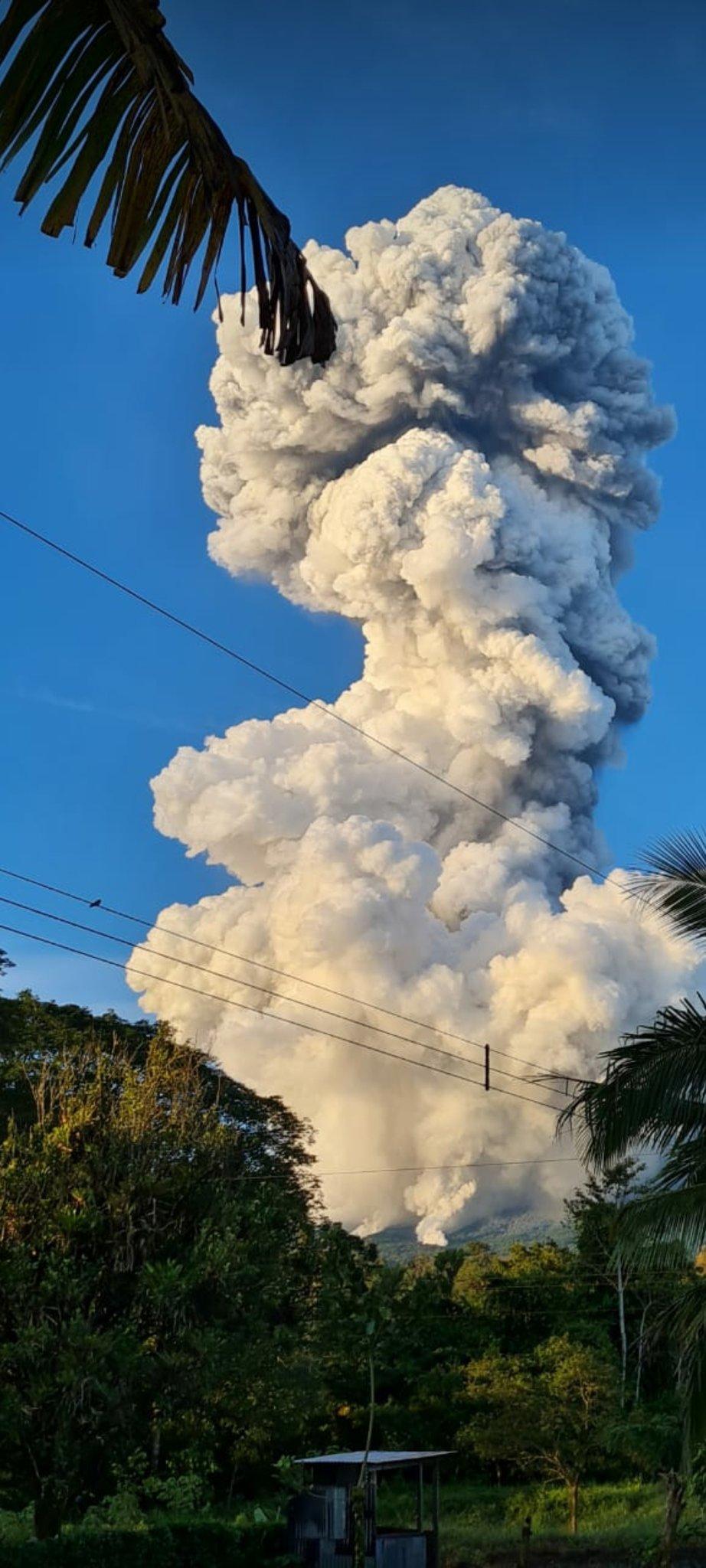 Strong phreatic explosion from Rincon de la Vieja volcano this morning (image: @GuigniBen/twitter)