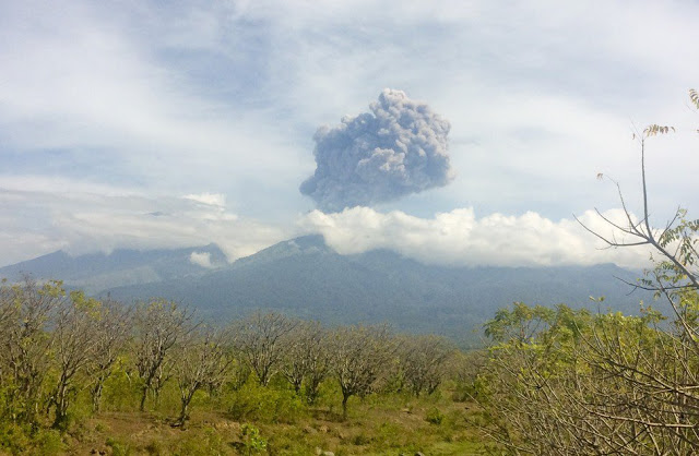 Explosion at Rinjani volcano (Image: Santanu Bendesa via CNN Indonesia)