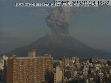The same eruption seen from Kagoshima (MBC webcam)