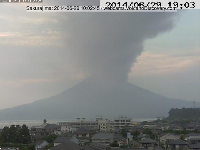 Ash plume hovering over the southeastern sector of Sakurajima this morning (Tarumizu webcam)