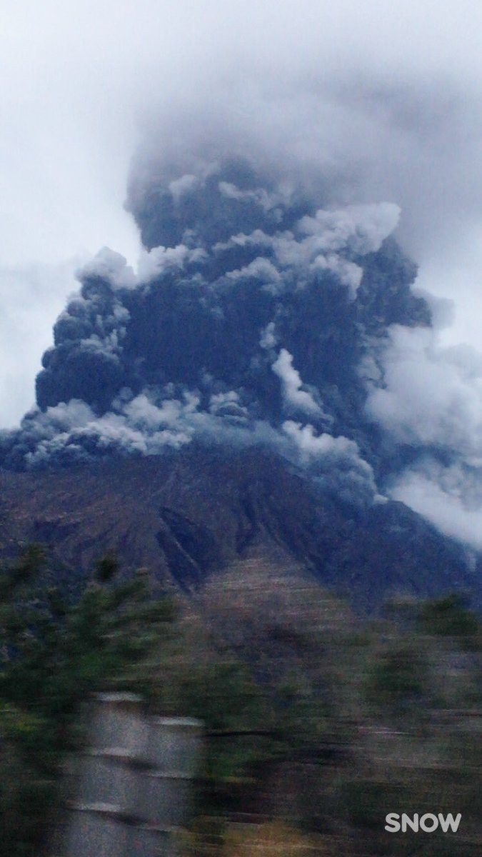 Eruption at Sakurajima in the evening of 25 Mar 2017 (image: @Rglove1211 / twitter)