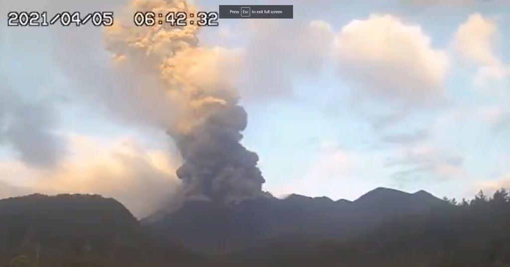Webcam screenshot of the dense ash column from Sakurajima volcano yesterday (image: @wischweg/twitter)