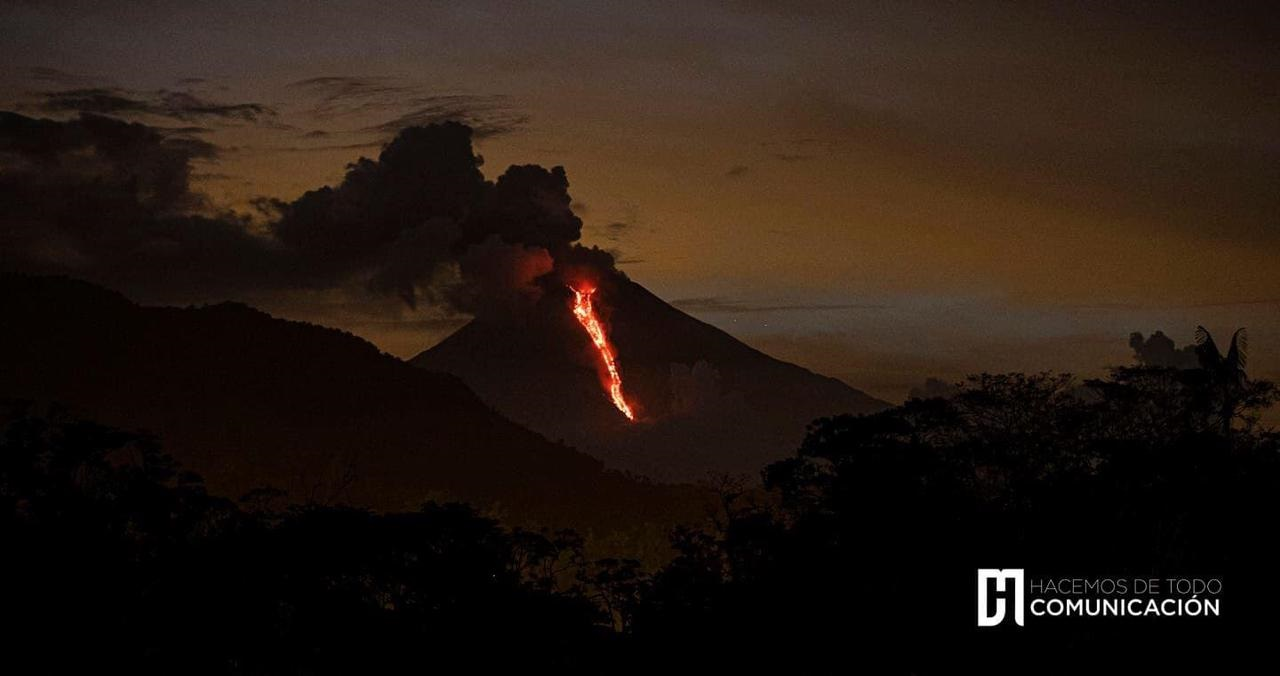 The lava flow lifted ash plumes as it descended the SE slope (image: IGEPN)