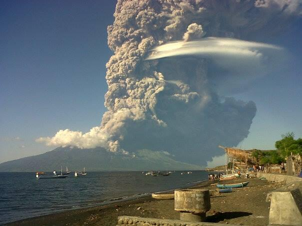 Today's eruption column at Sangeang Api (photo: @Bambang_Bimawan / Twitter)