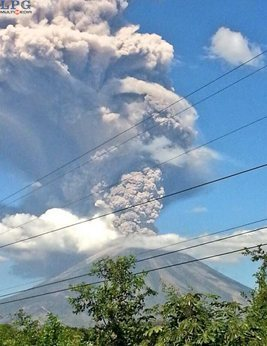 Eruption plume from today's explosion at San Miguel (photo: La Prensa Grafica)
