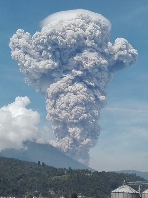 Eruption of Santiaguito yesterday (photo: Carlos Gonzales / @stereo100xela / twitter)