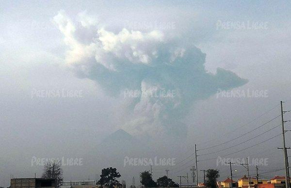 Ash plume from Santiaguito yesterday morning (image: Carlos Ventura / Prensa Libre)