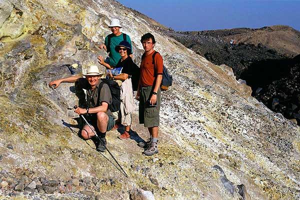 Gruppenbild auf dem  Nea Kameni Vulkan, Santorin (Griechenland, Sept. 2005)