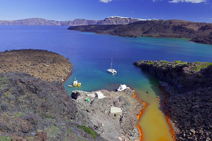 The bay with thermal water at Palea Kameni island (c) Tom Pfeiffer