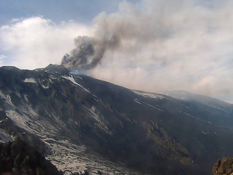 The eruption column starting to rise (Etna Trekking webcam from Schiena dell'Asino)