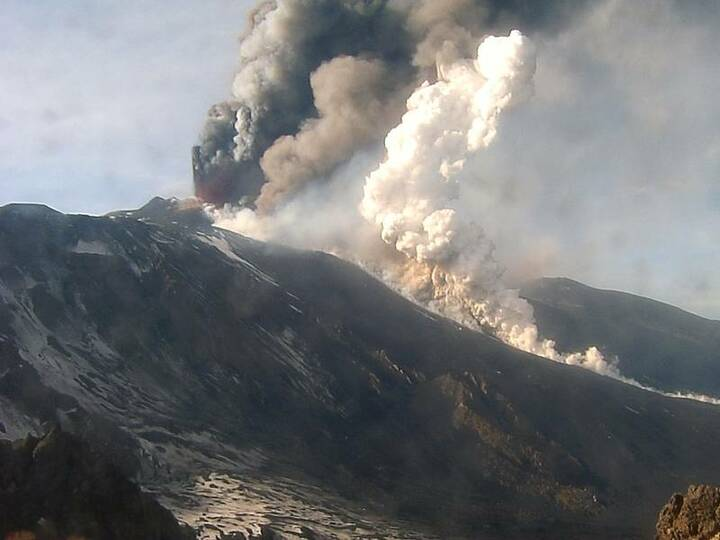 Lava flow into Valle del Bove generating small pyroclastic flow