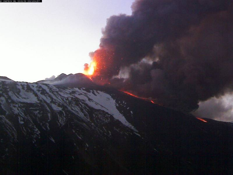 Lava fountains from the New SE crater (Etna Trekking webcam)