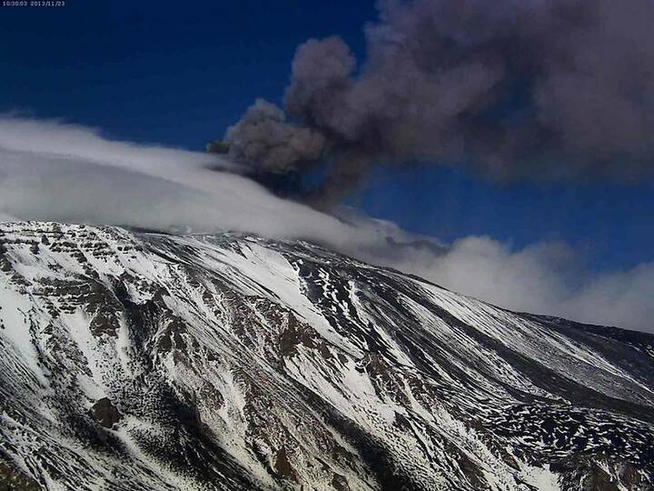 Eruption at the New SE crater (Etna Trekking webcam from Schiena dell'Asino)