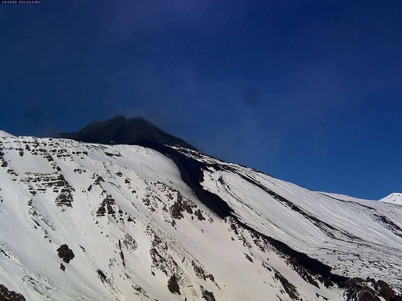 Etna this morning with the 2 Dec lava flow against the white snow (Etna Trekking webcam)