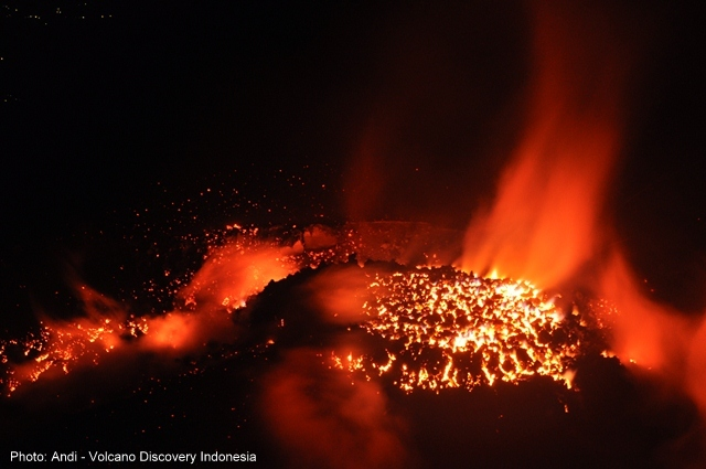 The active lava dome of Semeru in late Nov 2014 (photo: Andi / VolcanoDiscovery Indonesia)