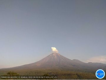 Gas plumes from Semeru volcano today (image: PVMBG)