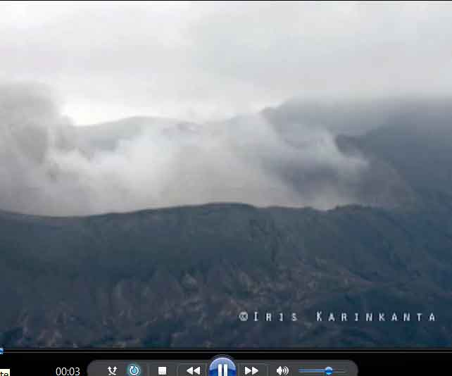 Iris who took part of the last Bromo eruption special tour, recorded the pressure shock waves emitted during the explosions of Bromo volcano on videao (1.3 MB, .mov format).