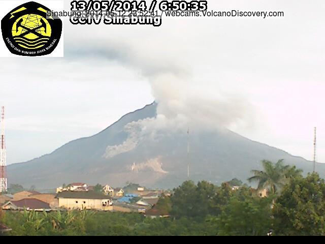 Kleine pyroclastische stroom op Sinabung op de ochtend van 13 mei