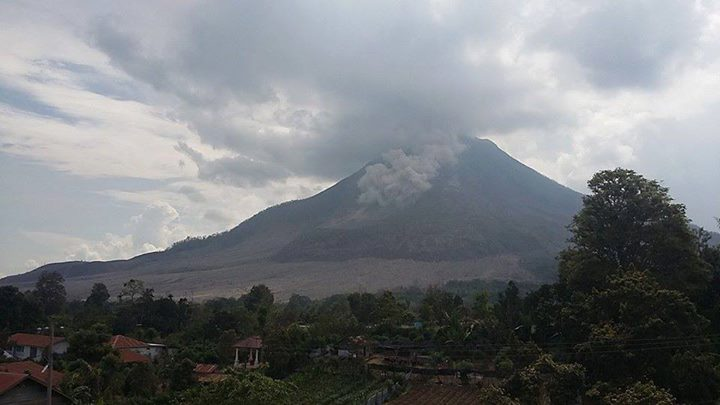 Small pyroclastic flow at Sinabung 21 May (photo: Leo Kennedy Adam / twitter)
