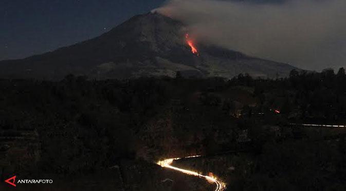"Indandescents ""blocks"" van de tweede kwab van de lava die de ineenstorting gisteren (afbeelding van onbekende datum: ANTARA FOTO/Irsan Mulyadi via Liputan6)"