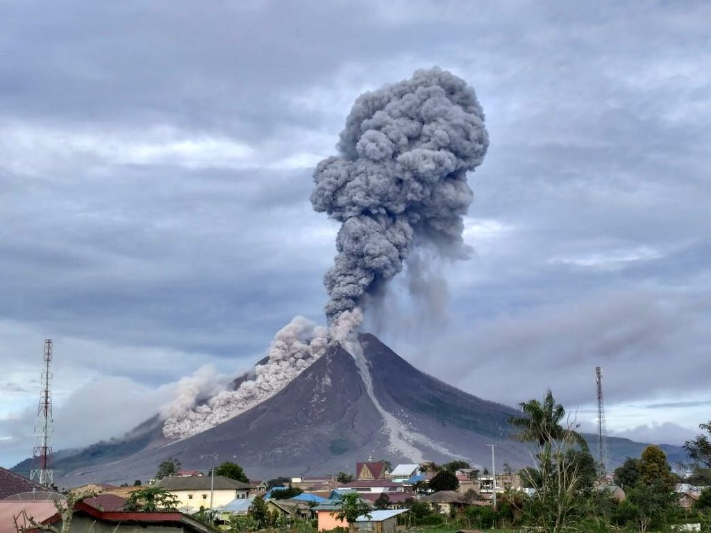 Eruption of Sinabung volcano this morning at 07:40 local time (image:  Sutopo Purwo Nugroho‏ @Sutopo_BNPB / tiwtter)
