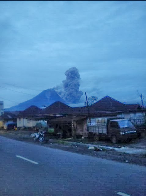 Pyroclastic flow from Sinabung this evening (photo: #D_Lingga / Twitter)