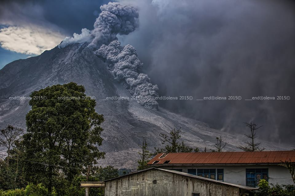 Pyroclastic flow at Sinabung volcano yesterday (image: Mbah Lëwå / facebook)