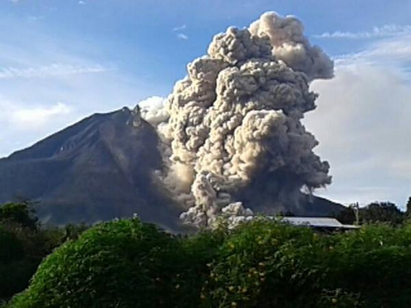Pyroclastic flow on Sinabung yesterday afternoon (photo: Ricky Febriansyah / @RickyFebriand17 / twitter)