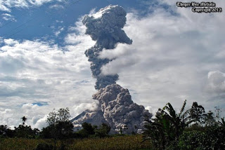 Explosion and pyroclastic flow at Sinabung on 31 Oct at 14:45 local time (image: Theger BM)