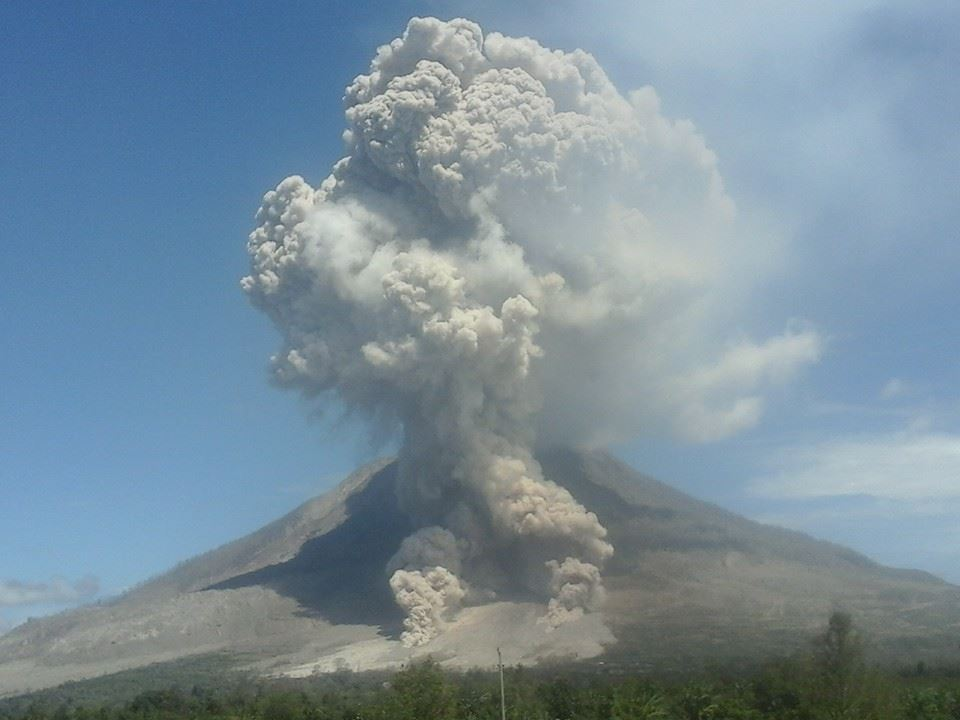 Pyroclastic flow from Sinabung today (image: Samri Sihombing / facebook)