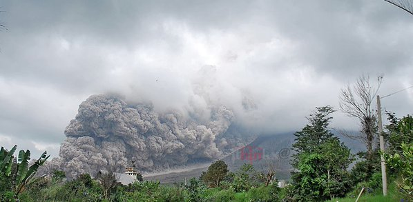 Moderately large pyroclastic flow from Sinabung on 8 Nov 2015 (image via @LeopoldAdam/twitter)