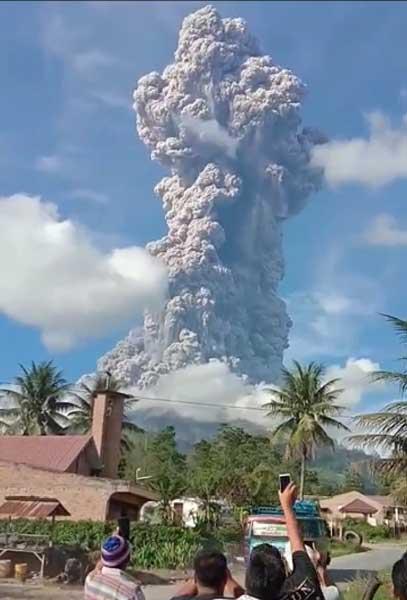 Eruption of Sinabung on 9 June 2019 (image: Samri Sihombing / VolcanoDiscovery Indonesia)