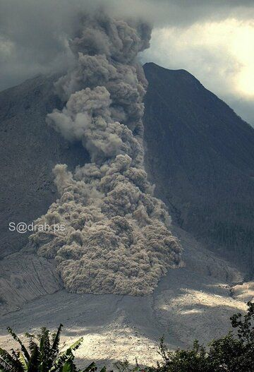 Pyroclastic flow on Sinabung on 10 Jan 2016 (image: sadrahPS via @LeopoldAdam / twitter)