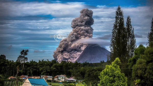 Moderately large pyroclastic flow from Sinabung on 15 Dec 2015 (photo: Endro Lewa)