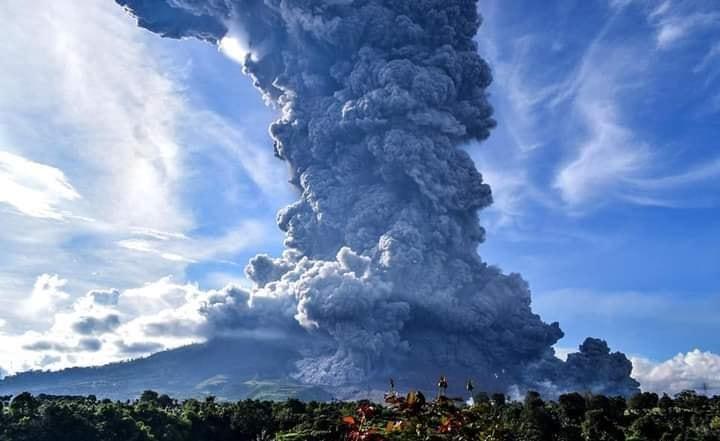 Eruption of Mt. Sinabung volcano (Sumatra, Indonesia) yesterday (image: https://www.facebook.com/Moisturetraffic)