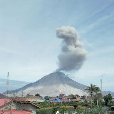 Explosion at Sinabung yesterday (28 July 2016) at 09:29 local time, generating a plume of 1000 m (photo: PVMBG)