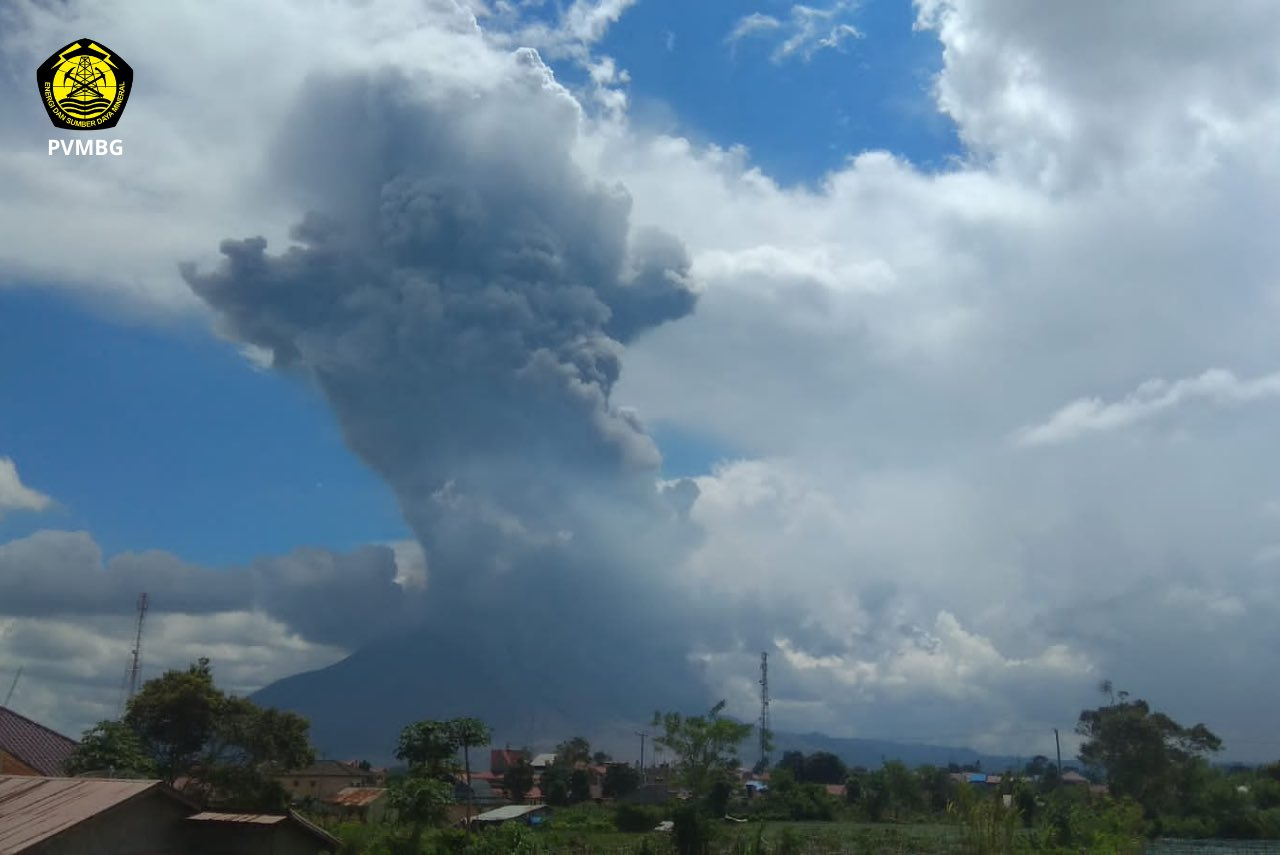 Large eruption of Mt Sinabung volcano earlier today (image: PVMBG / twitter)