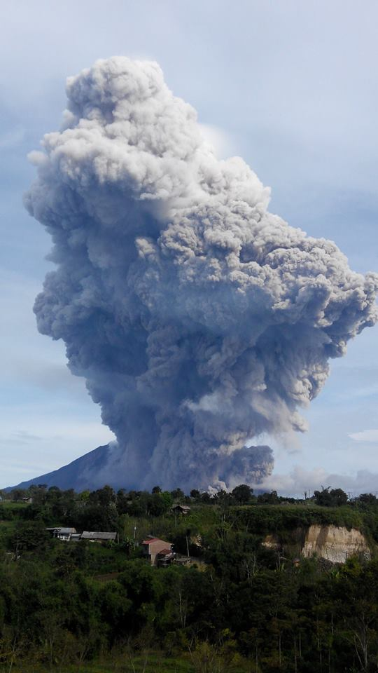 Ash plume from a pyroclastic flow at Sinabung this morning (photo: Dedi Vernandho Ginting / facebook)