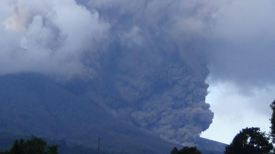 Pyroclastic flow on Sinabung yesterday (photo: Firdaus Surbakti - facebook.com/firdaus.surbakti)