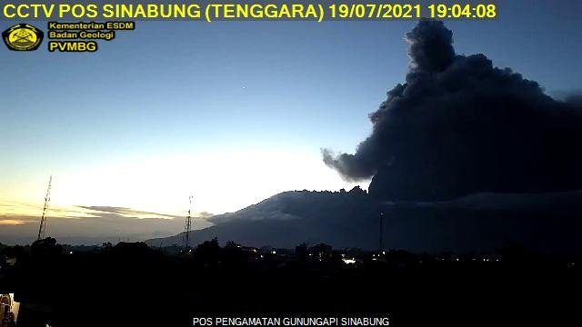 The clear sky darkened by dense dark ash emissions from Sinabung volcano today (image: PVMBG)