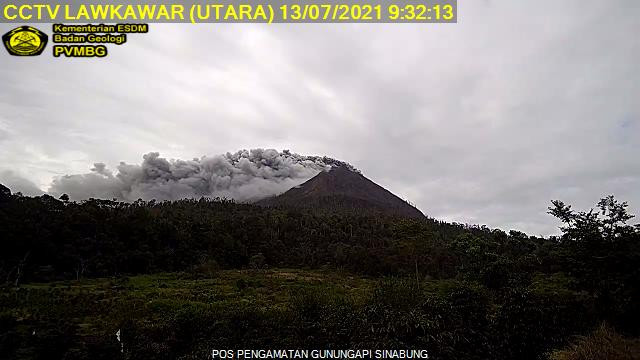 Today's explosion at Sinabung volcano accompanied by the dense grey ash plume (image: @InfoBencan/twitter)