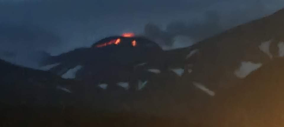 Incandescence of the lava dome's blocks visible from the crater (image: AVO)